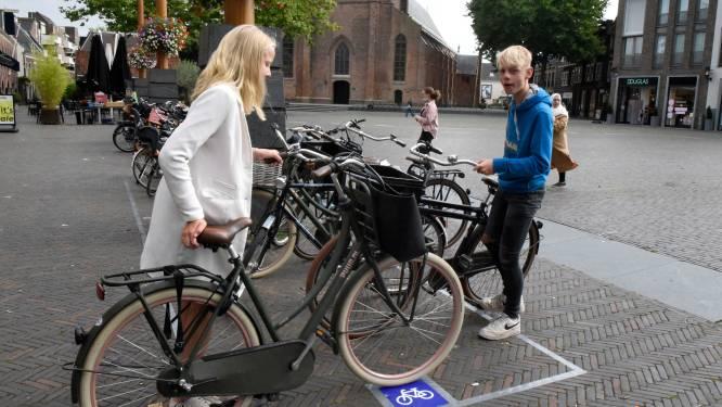 Dit is géén grap: parkeervakken moeten einde maken aan fietsenchaos in Woerden