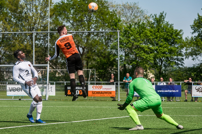 Kruisland, Foto: Joris Knapen / Pix4Profs.  Amateurvoetbal, Kruisland - WSC.   Patan (Kruisland)  Schrauwen (Keeper)