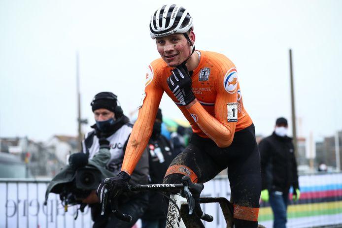 Mathieu van der Poel nadat hij het WK veldrijden 2021 heeft gewonnen.
