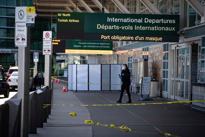 Een politieagente bij de plek van de schietpartij aan de internationale vertrekhal van de luchthaven van Vancouver, Canada.