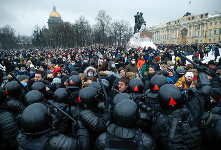 Demonstranten gingen vorige week in een aantal steden – waaronder St. Petersburg – de straat op om te protesteren tegen het gevangenhouden van Aleksej Navalny. Beeld AP