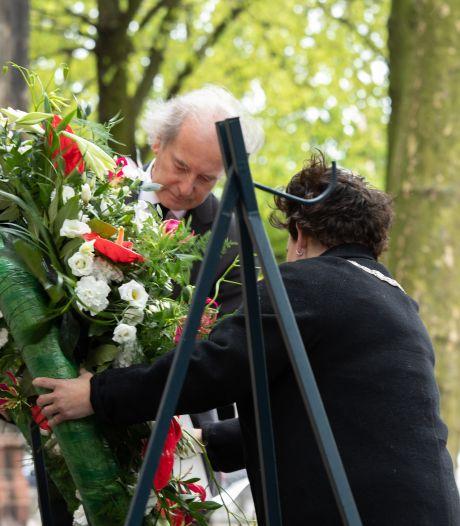 Burgemeester Dijksma legt krans bij ingetogen Dodenherdenking op Domplein in Utrecht
