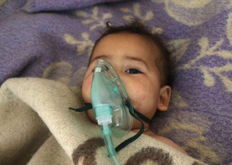 Een Syrisch kind wordt verzorgd na een aanval. Beeld AFP