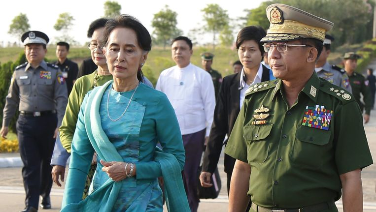 Generaal Min Aung Hlaing (rechts) met politica Aung San Suu Kyi. Beeld EPA