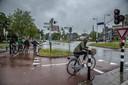 In de stromende regen wachten voor het rode licht in Zwolle.