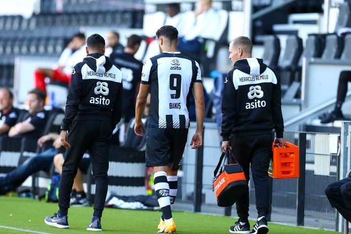 Sinan Bakis moest tegen Jong FC Utrecht geblesseerd het veld verlaten.