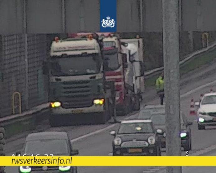 Meerdere vrachtwagens reden maandagochtend een lekke band op de A16 ter hoogte van knooppunt Terbregseplein.