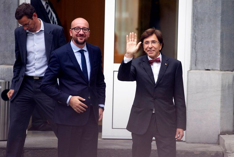 Charles Michel (L), aanstaande minister president van België met oud-minister president Elio di Rupo (R). Beeld BELGA