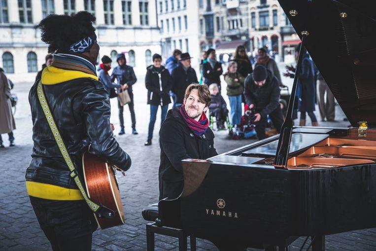 Sioen onder de stadshal tijdens 123-piano, het project met muziek doorheen Gent waar hij zijn schouders al jaren onder zet. Beeld Wannes Nimmegeers