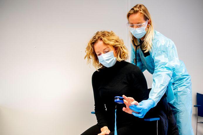 Een patiënt met een mondkapje bij de huisarts .