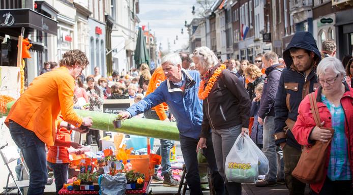 Vrijmarkt tijdens Koningsdag in de Bossche Hinthamerstraat.