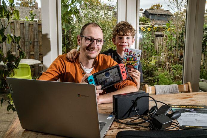 Mark en zoontje Sep (7) Gerritzen bedachten een online platform om games te ruilen.  ,,Ik hoop dat mensen vooral gaan ruilen met mensen in de buurt, zo leer je elkaar ook meteen kennen.