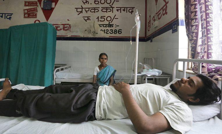 Een man met een zonnesteek en verschijnselen van ernstige uitdroging ligt aan het infuus. Beeld epa