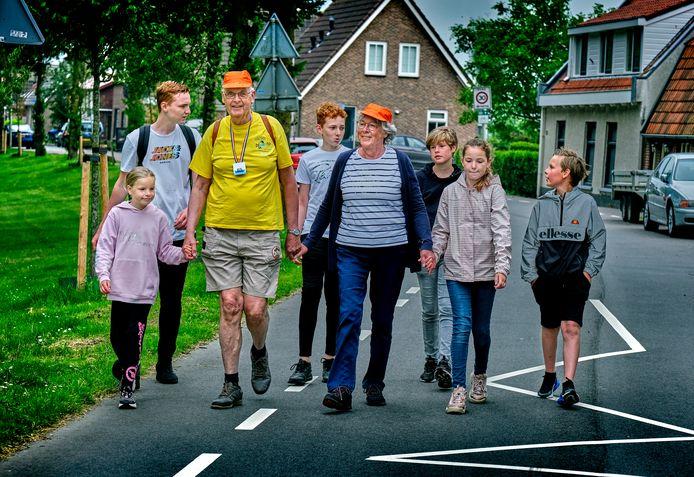 Dick Veth, die nog geen editie van de Biwanto miste, tijdens zijn 65ste deelname aan de wandeltocht. Hier liep hij samen met echtgenote Janny en zijn zes kleinkinderen op de Munnikendijk in Westmaas.
