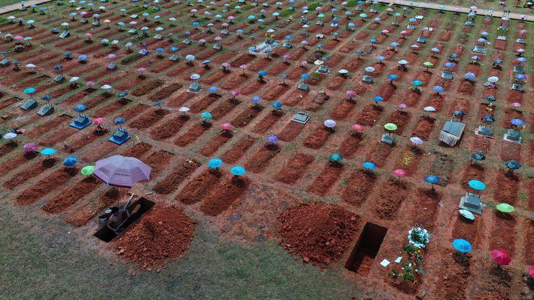 Het San Juan Bautista-kerkhof in Iquitos, Peru, in maart dit jaar. De officiële cijfers gaven tot nu toe een veel te laag aantal coronadoden in het land.  Beeld AP