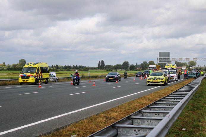 Door het ongeval bij Gouda zijn drie van de vier rijstroken op de A12 dicht.