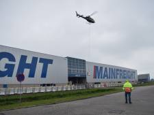 Helikopter brengt honderden rollen dakbedekking aan op dak van bedrijf Mainfreight