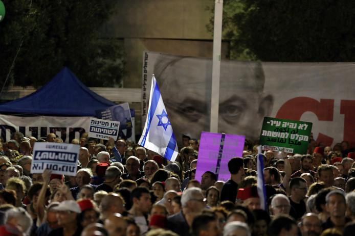 Demonstranten op straat in de Israëlische hoofdstad Tel Aviv tijdens een betoging tegen Benjamin Netanyahu.
