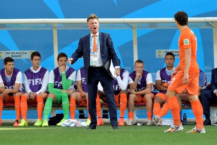 Louis van Gaal coacht zijn spelers in het duel tegen Chili. Op de voorgrond loopt Daryl Janmaat voorbij.