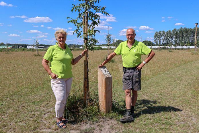 Jack en Wilma Verouden in de notenboomgaard.
