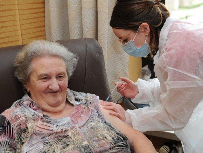 De bewoners van WZC Sint-Jozef kregen woensdag hun coronavaccin toegediend.