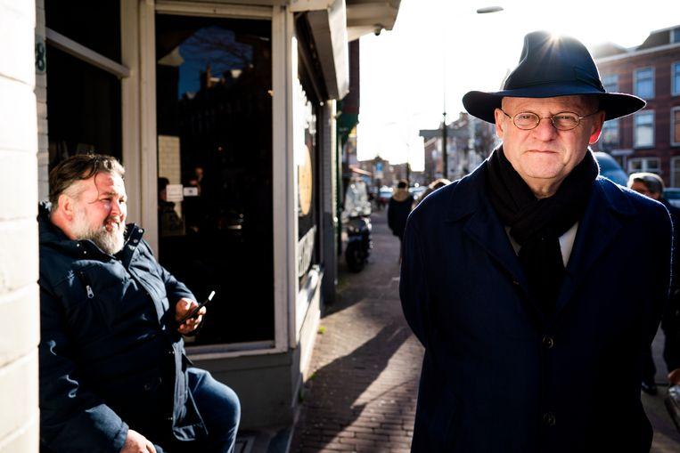 Minister Ferdinand Grapperhaus van Justitie en Veiligheid (CDA) loopt langs een coffeeshop tijdens een werkbezoek in de Weimarstraat. Beeld Freek van den Bergh / de Volkskrant