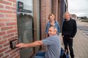 raadslid Jan Tondeleir (Sp.a), schepen Katrien Claus (CD&V) en schepen Piet Van Heddeghem (Groen&Co) testen de nieuwe deuren.