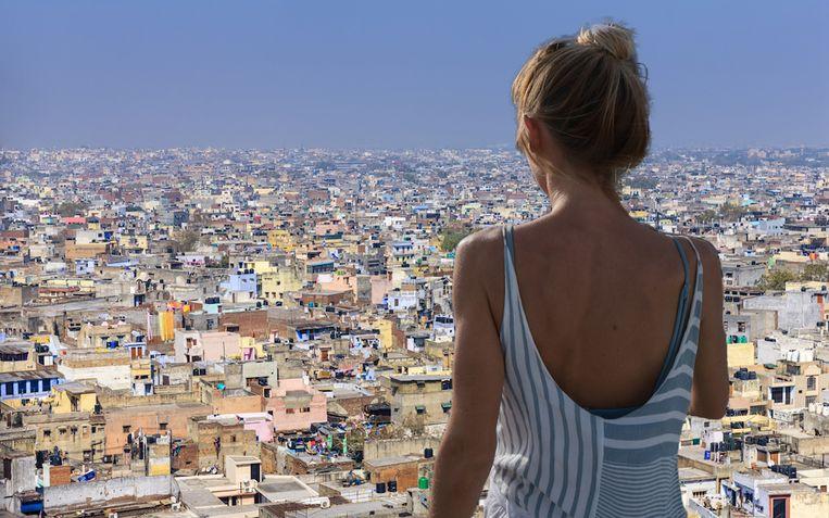 Een Belgische toeriste (niet de vrouw op de foto) was na één dag in New Delhi zò gedegouteerd dat ze het eerste vliegtuig terug naar ons land nam.