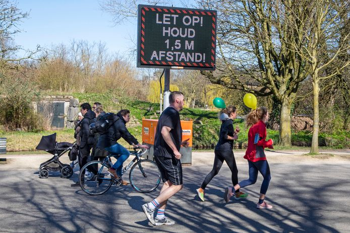 In het Vondelpark in Amsterdam is het druk met hardlopers en fietsers. Ook langs de Vecht in Utrecht houden beginners en ervaren lopers hun conditie op peil.
