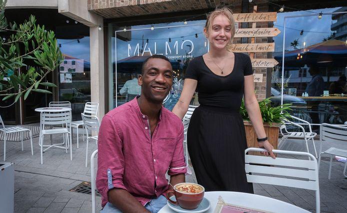 Stéphan Tanganagba op het terras van koffiebar Malmo, Hij is goed bevriend met medewerkster Femke Staelens