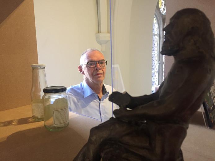 Harrie van Esch uit Berkel-Enschot bewaart alles waar Berkel-Enschot op staat, zoals het beeld van Sint Job op de voorgrond