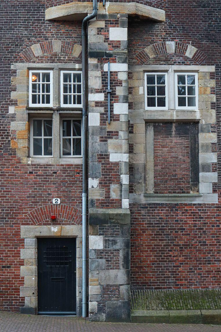 Op 27 februari stonden we aan de voet van de Montelbaanstoren, in 1512 gebouwd ter verdediging van de stad tegen de hertog van Gelre. De uit 1606 daterende houten witte boven- bouw is vermoedelijk een ontwerp van Hendrick de Keyser. Winnaar van het jaarabonnement op Ons Amsterdam is Corné Bibo. Beeld Anouk Hulsebosch