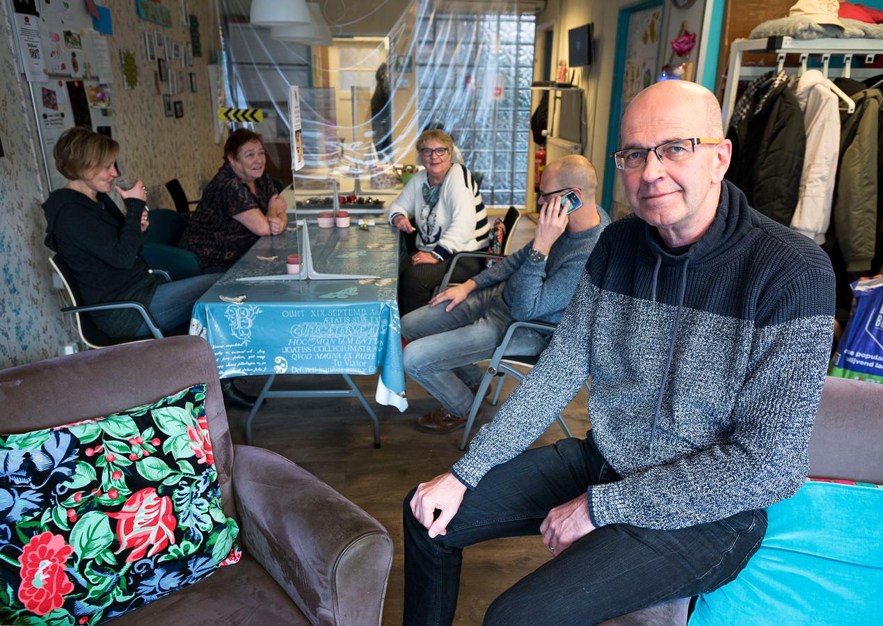 Gert Dijkstra (rechts) van de Buurtwerkkamer aan de Amsterdamsestraatweg presenteert een banenplan aan de Utrechtse gemeenteraad.