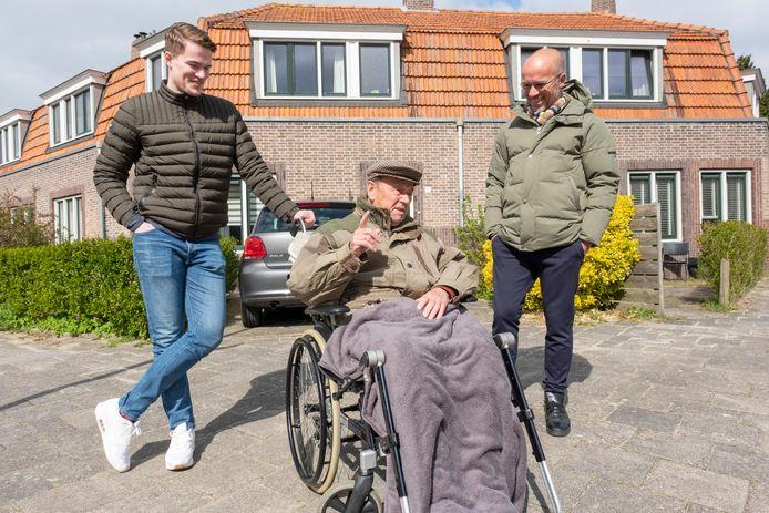 Jo de Kubber met zijn zoon Edward (rechts) en kleinzoon Joost, in de Zacharias Jansenstraat in Middelburg, voor het huis waar zijn halfbroers Janus en Arij eind jaren dertig plots voor de deur stonden.