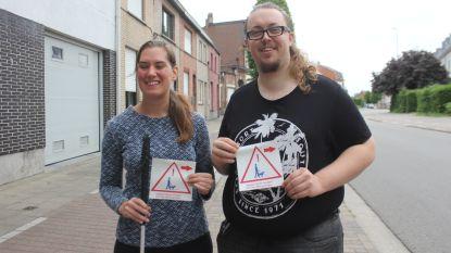 """Blinde vrouw start stickeractie: """"Graag meer begrip voor ons in het verkeer"""""""