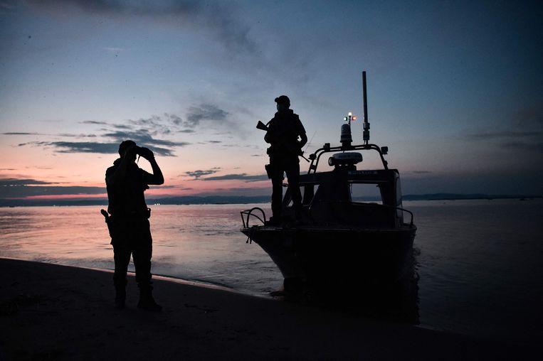 Politiepatrouille aan de rivier Evros, aan de Grieks-Turkse grens, waar veel migranten de oversteek naar de Europese Unie wagen.   Beeld AFP