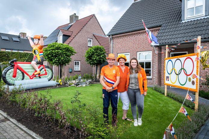 Vader Peter, moeder Loes en zus Mieke Lavreysen zijn apetrots op hun zoon en broer Harrie, de baanwielrenner die met twee gouden en een bronzen medaille terug komt van de Olympische Spelen Tokio.