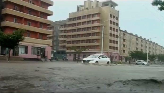 Videostill uit een Noord-Koreaanse nieuwsuitzending over de hevige regenval in de zuidelijke provincie Hamgyŏngnamdo.