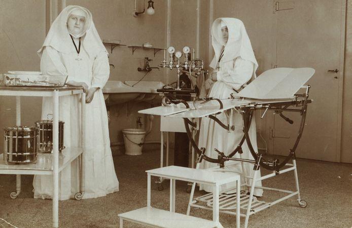 Het Sint Elisabeth Ziekenhuis was het eerste moderne ziekenhuis van Amersfoort. Op deze foto uit 1915 is te zien hoe eenvoudig de operatiekamer er toen uitzag.