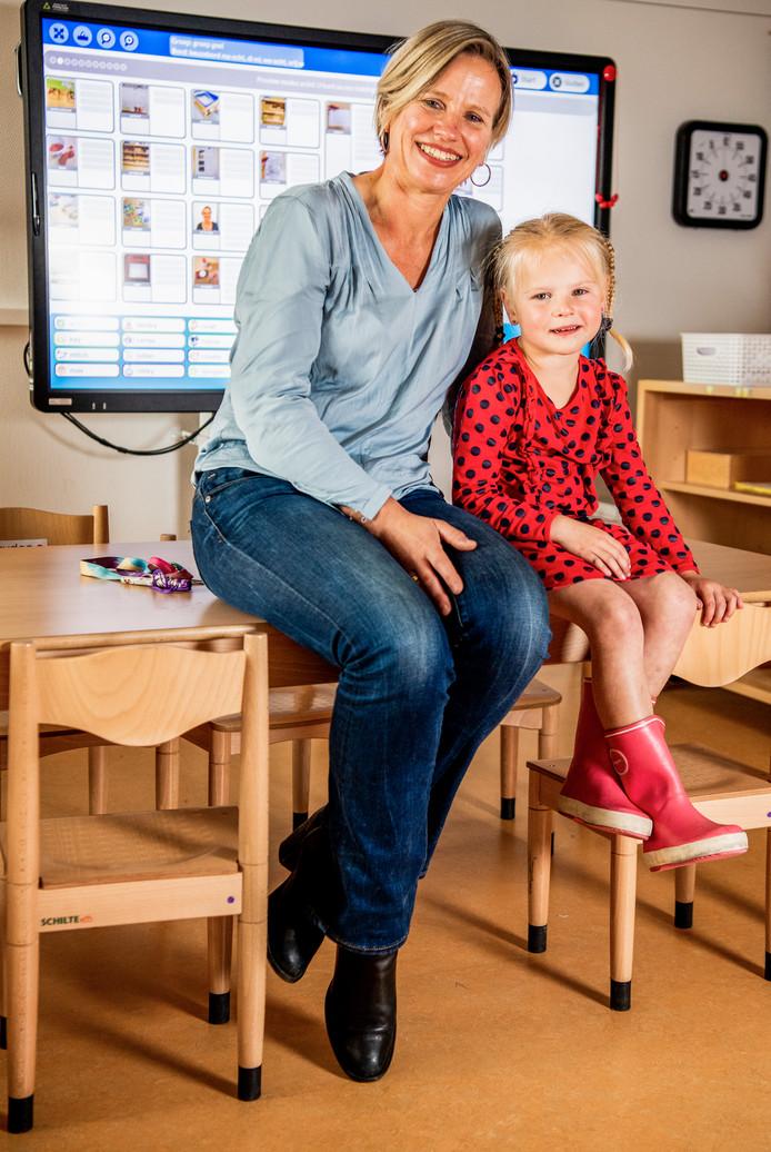 Christa Schiebroek en Noah Verkaik (4) in Moordrecht.