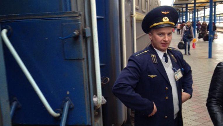 We werden in de trein voorzien van koffie en thee door deze wagonbegeleider, hier op station Simferopol (Krim), gereed met zijn werk. Beeld George Harinck