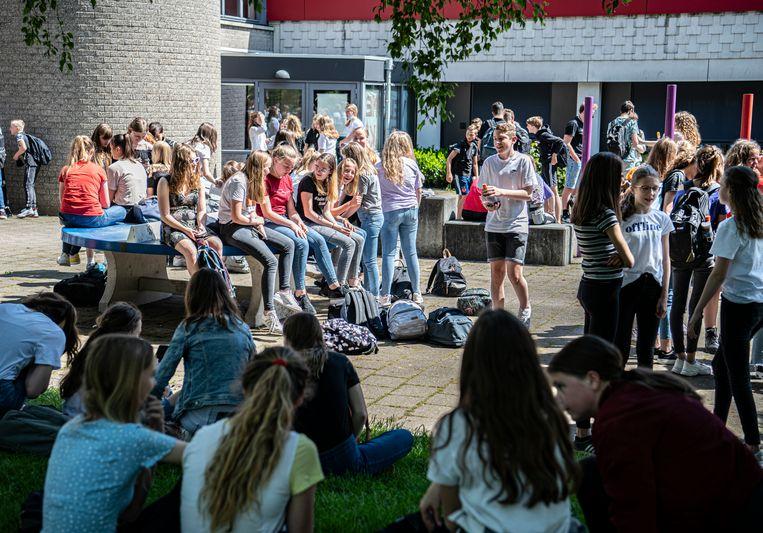 Leerlingen in de pauze op de eerste schooldag bij het Streek Lyceum in Ede Beeld Koen Verheijden