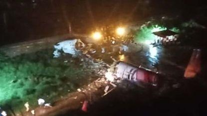 """Vliegtuig Air India glijdt van landingsbaan en breekt in stukken: """"14 doden, 15 anderen raakten zwaargewond"""""""