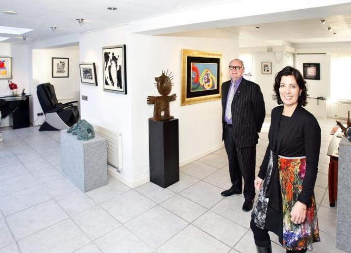 Cees Clijsen samen met schoondochter en mede-eigenaar Winny Muller in Galerie de Kei in Nuenen. foto René Manders