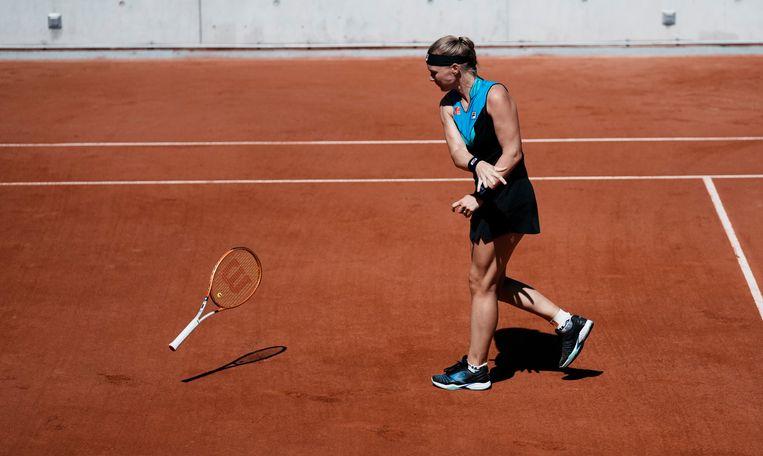 Kiki Bertens gooit haar racket weg tijdens haar partij  tegen Polona Hercog in de eerste ronde van het grandslamtoernooi op Roland Garros. De Nederlandse speelster verloor van de Sloveense. Beeld AP