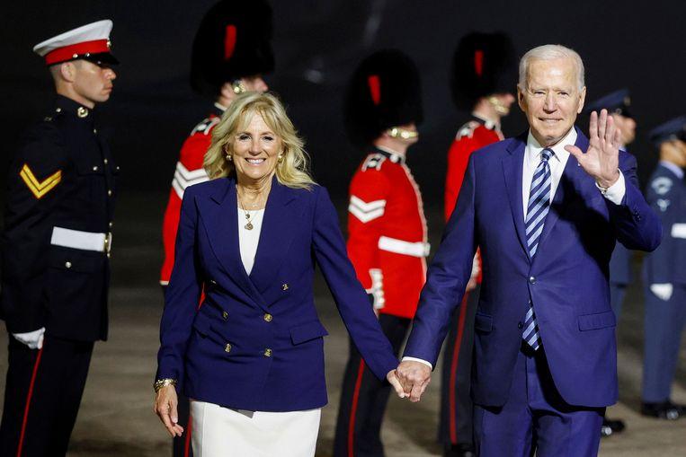 Joe Biden wordt verwelkomd bij zijn aankomst in Groot-Brittannië. Beeld AP
