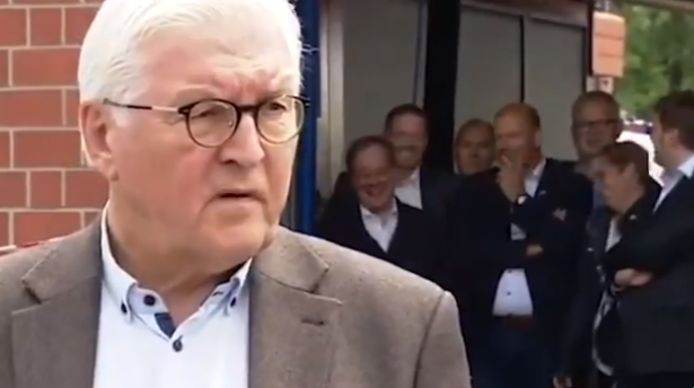 Situé derrière le chef de l'Etat allemand, on voit Armin Laschet (tout à gauche) rire pendant près de 30 secondes, avec six personnes l'accompagnant.