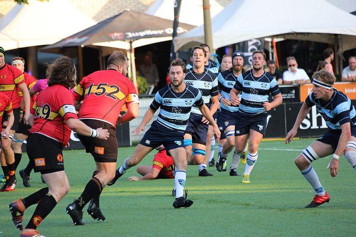 Oisterwijk Oysters tegen The Dukes (rode shirts) tijdens het Bosch Rugby Weekend bij Rugbyclub The Dukes in Den Bosch Eerste van links in blauw shirt Isaac Kense en achter hem staat Kees Kuijpers.