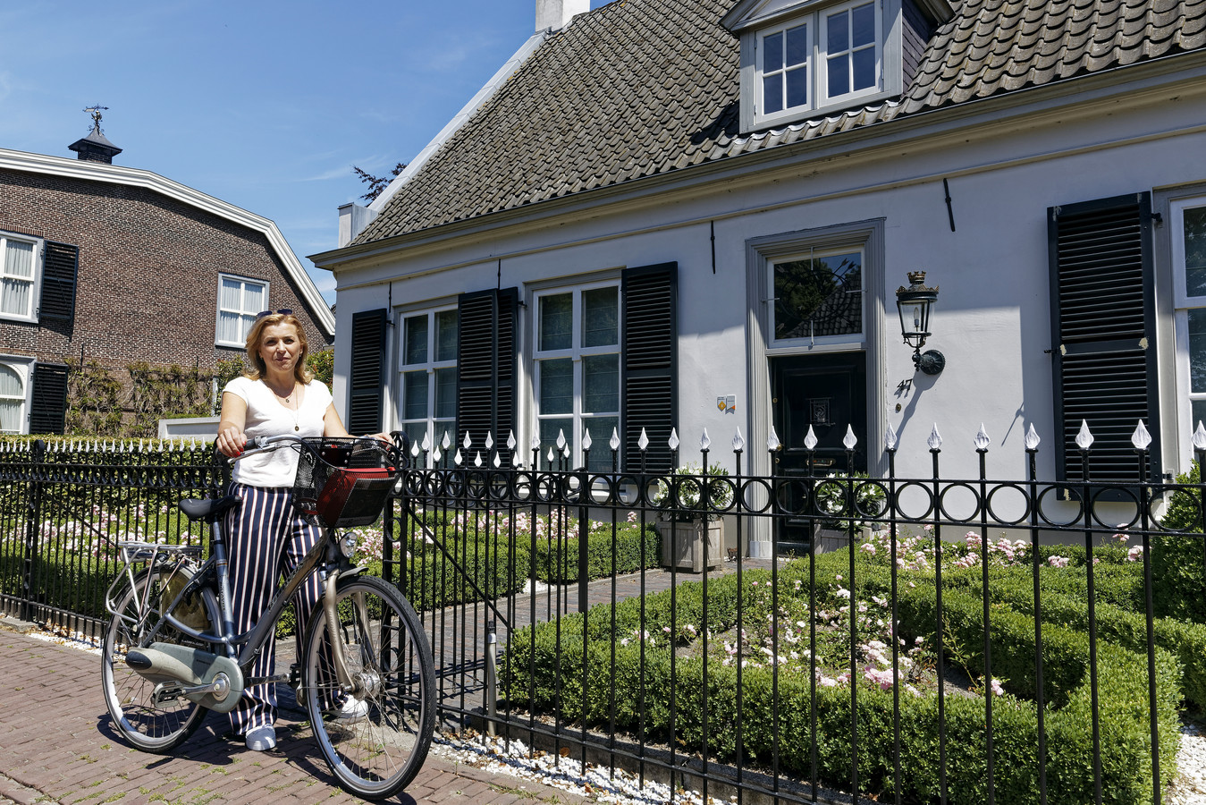 Karin Traa bij het van Gogh monument, de voormalige Pastorie in Helvoirt.