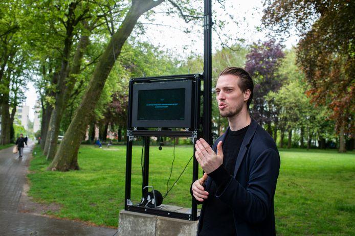 Matthijs De Block bij zijn technologische installatie 'Between the lines'.